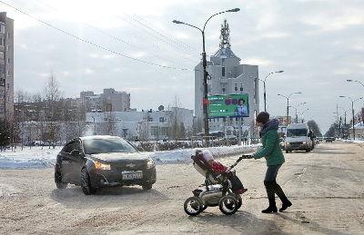 Зимой на скользкой дороге особенно сложно передвигаться мамам с коляскамии и пожилым людям