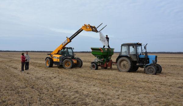 В эти дни сельхозпредприятия региона ведут подкормку озимых и трав