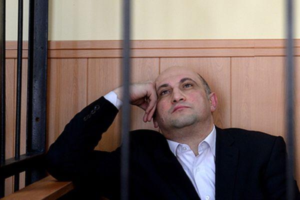 Вообще-то, Шалмуеву и К вменялось хищение 22 млн. рублей, а тут — 17 млн. в одни руки. Нерентабельная какая-то получается ОПГ. Однако дело в том, что 22 «лимона» — сумма, считающаяся доказанной по суду. А цифра 17 на данном этапе является «подозрительной». Какой расклад будет на выходе — этого сейча