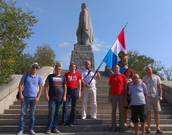 Участники «Славянского хода» 2018 года у памятника Алёше