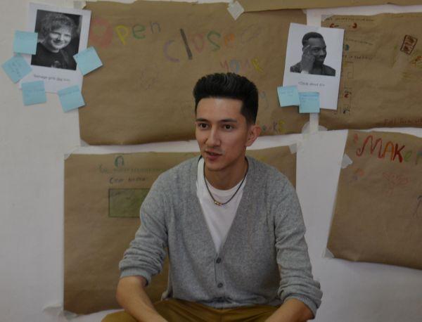 Сеал Сераджи в классе перед началом урока английского языка