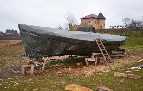 Перед зимовкой корпус соймы пропитали антисептиком, а затем укрыли лодку строительным плёночным тентом