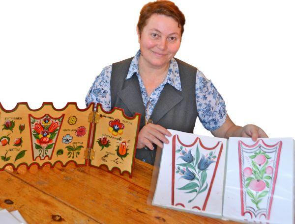Елена Константинова с кружковцами по крупицам собирали информацию по окуловской росписи