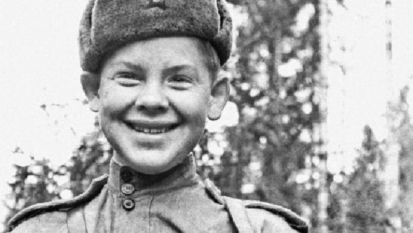 Портрет 17-летнего разведчика Саши Капустина с пистолетом-пулемётом системы Шпагина (ППШ-41)