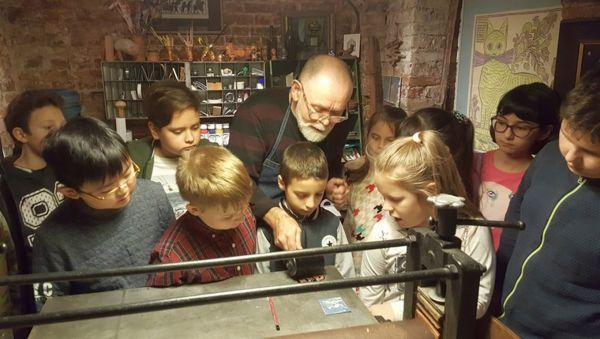 Вот уже больше сорока лет Николай Локотьков делится своим мастерством с детьми