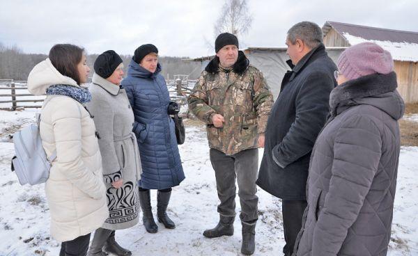 Валерий Поляков (в центре) не только рассказывал о своём хозяйстве, но и отвечал на неожиданные вопросы