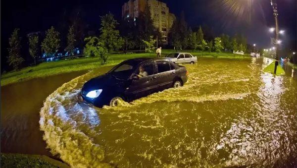 После прошлогодних проливных дождей по некоторым улицам Новгорода проще было передвигаться вплавь