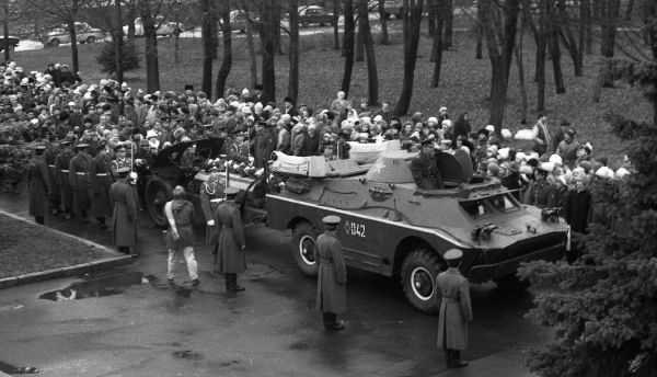 Торжественное перезахоронение останков бойцов, найденных спустя 47 лет после гибели при обороне Новгорода