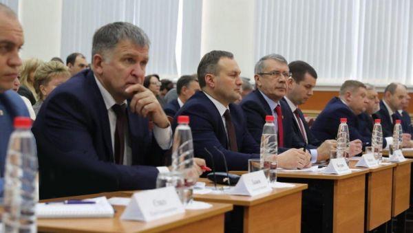 Мэр Великого Новгорода Сергей Бусурин (второй слева) готовится докладывать о социально-экономическом развитии города