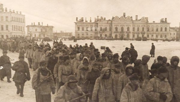 Колонна пленных немцев в освобождённом Новгороде 20 января 1944 года