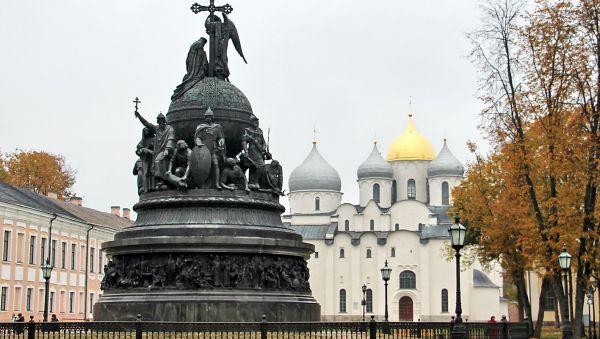 Ленинградский поэт Всеволод Рождественский глубоко переживал за судьбу оккупированного Новгорода, но верил, что «вечевое сердце России» вновь оживёт
