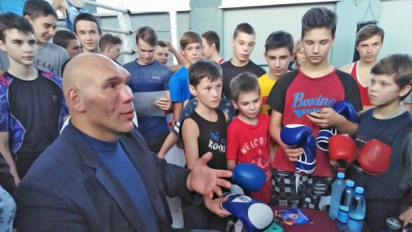 Добродушия и внимания у Николая Валуева хватило на всех воспитанников школы бокса