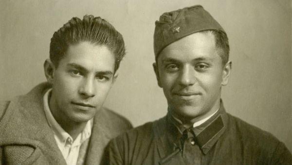 Всеволод Багрицкий (слева) с товарищем. Москва, август 1941 года