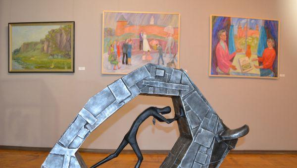Для отчётной экспозиции членов областного отделения Союза художников России  в этом году не хватило выделенных площадей — работ набралось куда больше