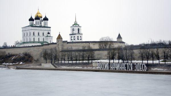 Огромные белые буквы  «Россия начинается здесь»  светятся каждый вечер