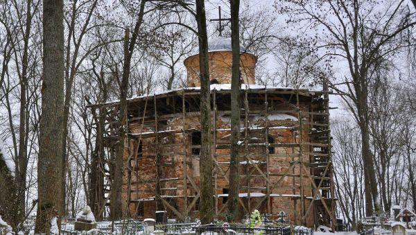 В Санкт-Петербурге по мемориальным кладбищам водят экскурсии. По новгородскому Петровскому тоже могли бы. Но сейчас оно в таком состоянии, что на него даже со стороны смотреть страшно...