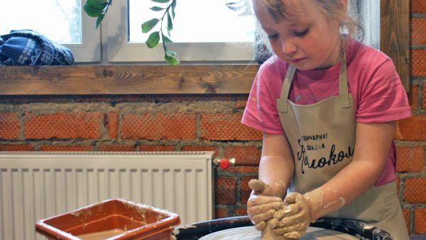 Новичок в гончарном деле может сделать первое самостоятельное изделие из глины только через 5—6 занятий с мастером