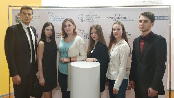 Инициаторы «Форума ученического самоуправления» (Ангелина Хвальбота — третья слева)