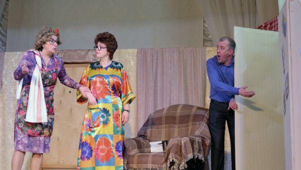 Сцена из спектакля по пьесе Александра Коровкина «Тётки»