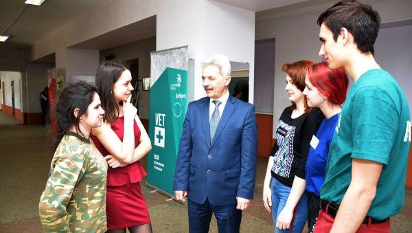 Владимира Татаренко долго не отпускали студенты, задавая вопрос за вопросом