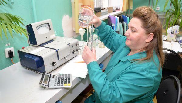 Наталья Федорова — одна из многих специалистов станции агрохимической службы «Новгородская», имеющих большой опыт в проведении анализов кормов