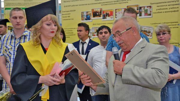 Такое не забывается: Виктория Соболева получает приглашение на работу из рук руководителя «Агро-Волок» Александра Корленкова