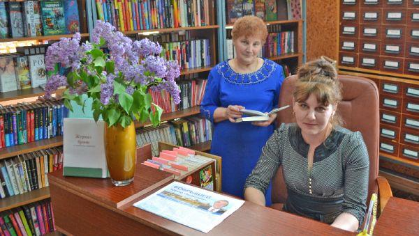 Лидия Ольнева с племянницей Ольгой Курущак в районной библиотеке