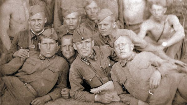 Фёдор Кулеш (в центре) с однополчанами. Последний мирный год