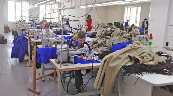 Мы застали швей за выполнением заказа для Совкомбанка: в цеху кроили и строчили женские жакеты фирменного синего цвета
