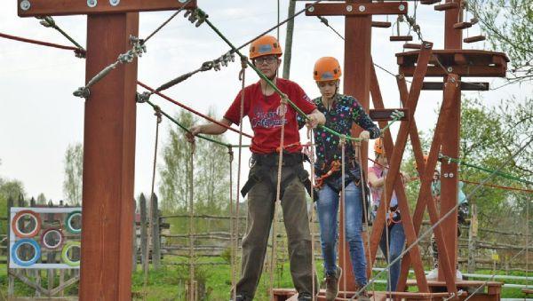 В верёвочном парке дети не только играют, но и отрабатывают технику пешего туризма
