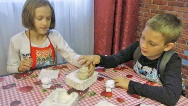 Детям нравится создавать фарфоровые игрушки своими руками
