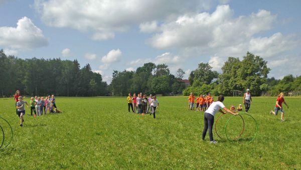 Футбольное поле — не только для футбола. Летом его использует детский школьный лагерь
