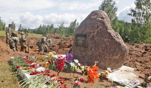 Военнослужащие заканчивают обследование первой расстрельной ямы у деревни Жестяная Горка