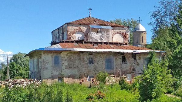 После войны храм, известный с 1105 года, приспособили под жильё, а сейчас церкви возвращают прежний облик