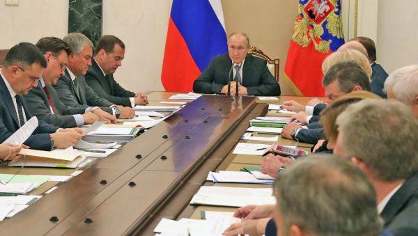 Владимир Путин призвал членов кабмина следить, работают или не работают на местах законы