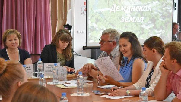 На форуме «Инициатива». Наталья Евтюгина изучает программу мероприятия (в центре справа)