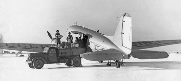 На военно-транспортных самолётах ПС-84 (с 1942 года — ЛИ-2) с хвойнинских аэродромов доставлялись грузы в блокадный Ленинград. Полёт в одну сторону длился 100 минут. Транспортников в небе всегда сопровождали наши истребители