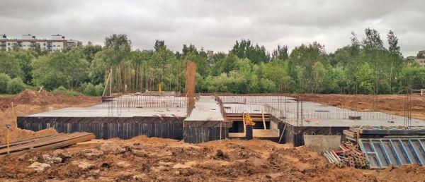 В Великом Новгороде из трёх зданий детских садов тот, что в Ивушках, начали строить ещё в конце 2018 года, и потому процесс идёт более-менее. Самый проблемный на сегодняшний день — объект в Северном микрорайоне (на фото)