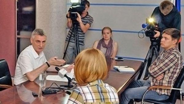 Раз в полгода сенатор встречается с журналистами, чтобы рассказать о том, что сделано, и о том, что ещё предстоит сделать