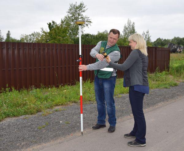 Елена Шемякина на выезде по проверке соблюдения границ земельных участков