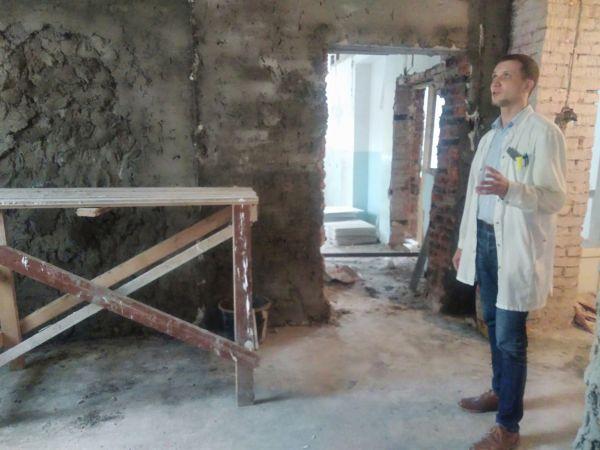 В Крестецкой ЦРБ ремонт идёт на средства спонсора. Когда работы будут завершены, в бывшем терапевтическом разместится детское отделение