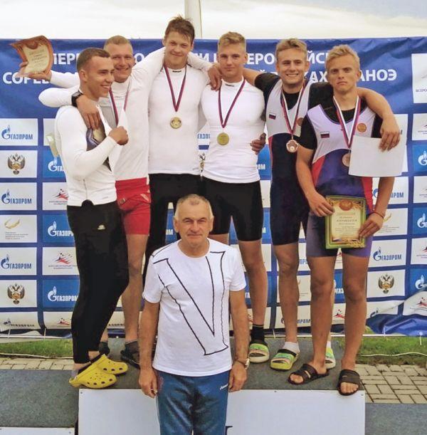 Артём Беляков (третий сверху справа), закончивший прошлый сезон на 10-й строчке рейтинга в юниорской сборной страны, в этом поднялся на первую позицию. Очевидный прогресс