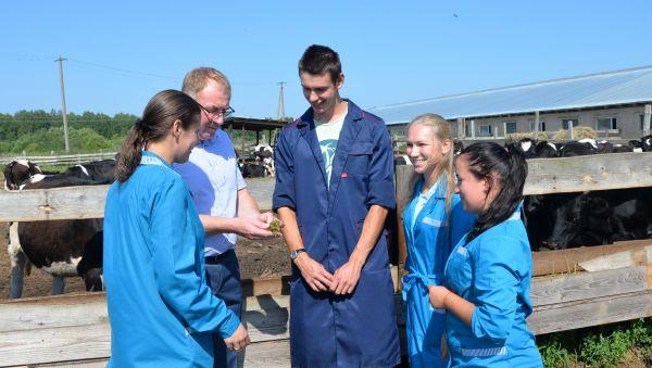 Александр Ремизов обсуждает с молодыми специалистами перспективы развития сельхозпредприятия