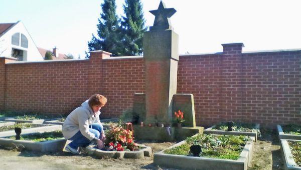 2015 год, г. Поухов, Чехия. Ольга Малышева, внучка Михаила Романова, у захоронения русских солдат