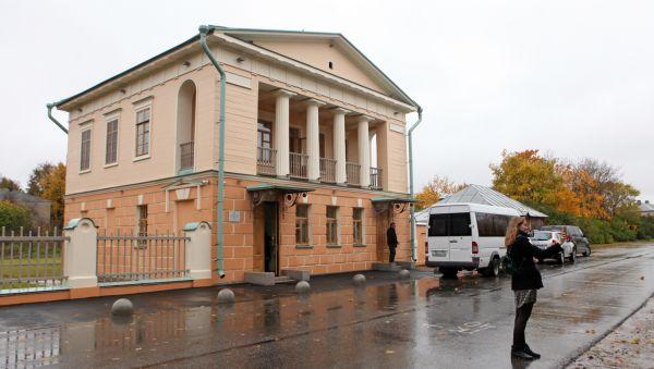 Путевой дворец построен по проекту известного архитектора Василия Стасова в 20-х годах ХIХ века