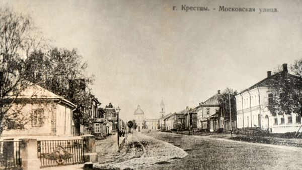 Старые Крестцы. Кажется, вот-вот по улице Московской проедет конный экипаж