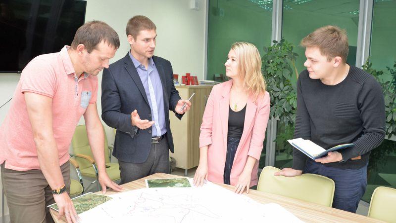 Александр Дементьев (второй слева) обсуждает со специалистами Агентства ход реализации очередного инвестиционного проекта