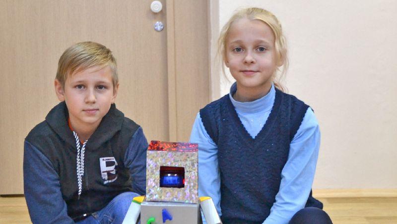 Иван Гуленков и Варя Алексеева со своим роботом-уборщиком