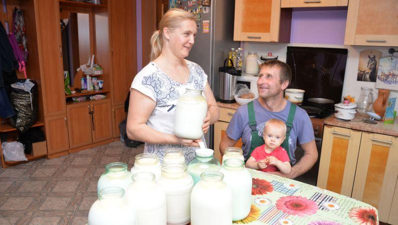 Во многом вести хозяйство помогает Александру Колесникову его жена Ольга, а годовалая дочь Дарья пока сама ухода требует