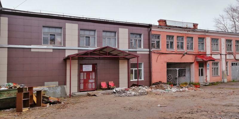Над главным входом в ДК находятся помещения московского коммерсанта. На них средства нацпроекта не распространяются